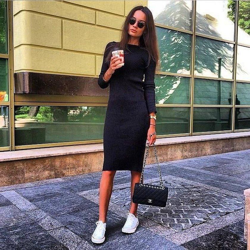 Серое платье лапша с кроссовками