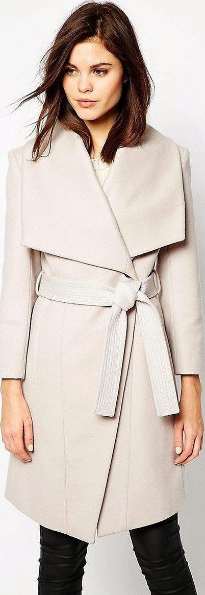 Женское светлое пальто с поясом