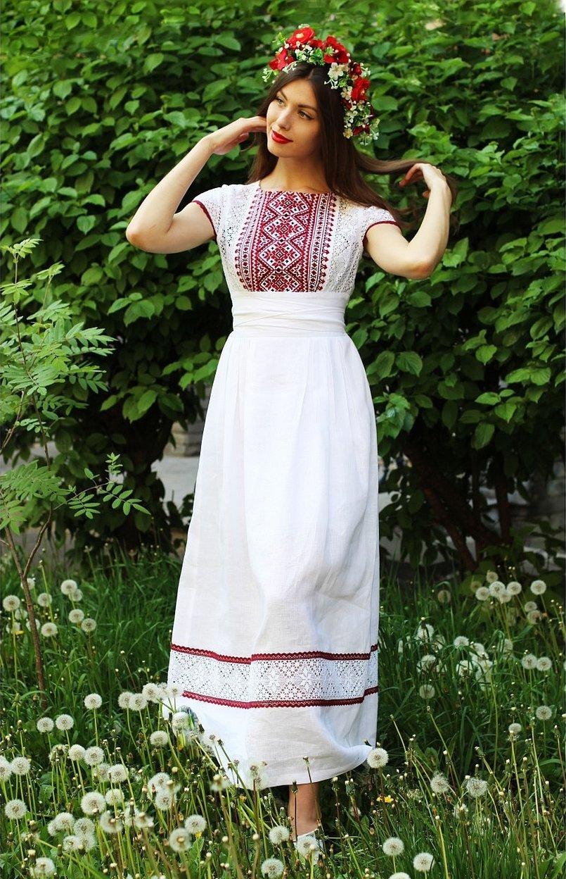 Белое платье в русском стиле с вышивкой