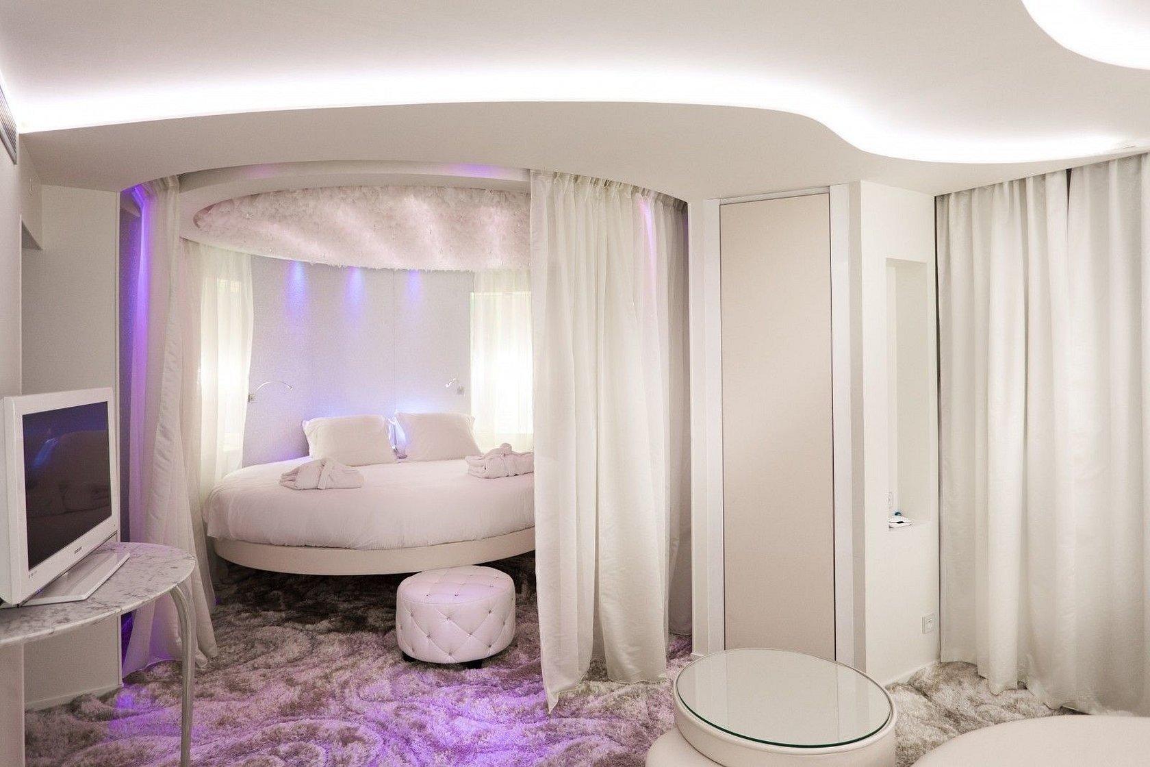 Прямоугольные спальни с круглой кроватью
