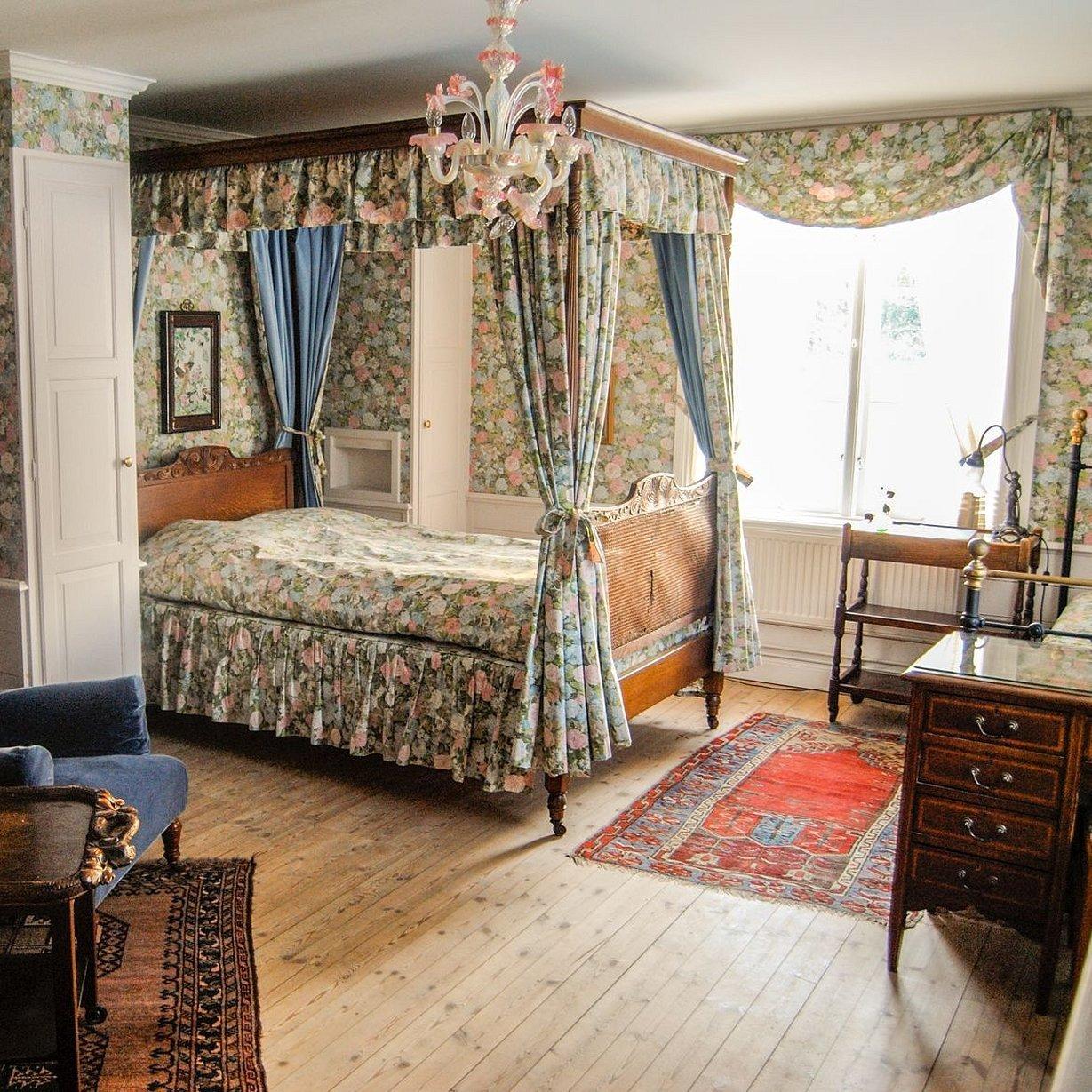 Спальня в викторианском стиле с балдахином