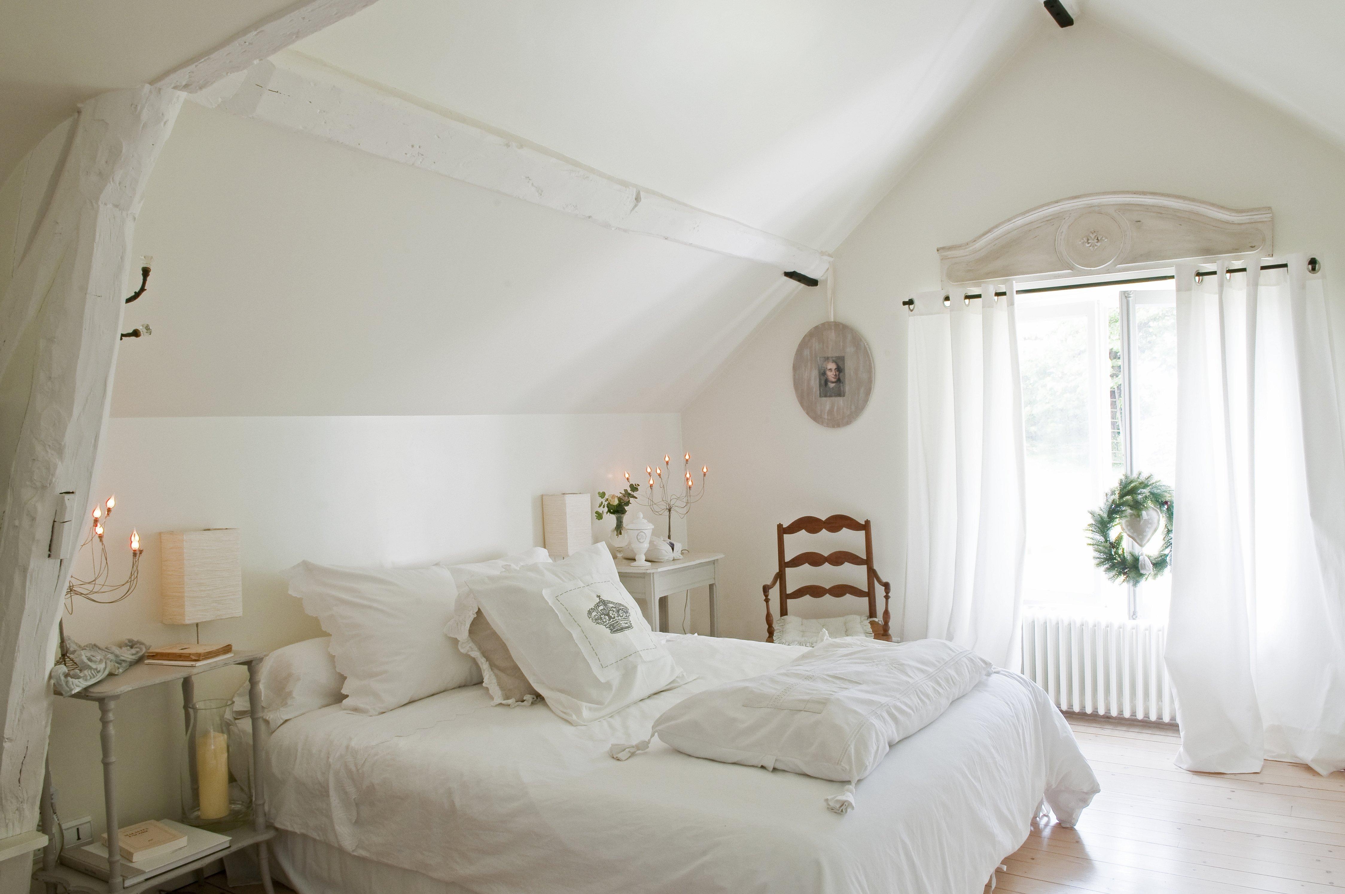 Интерьер спальни в белом тоне мансарда