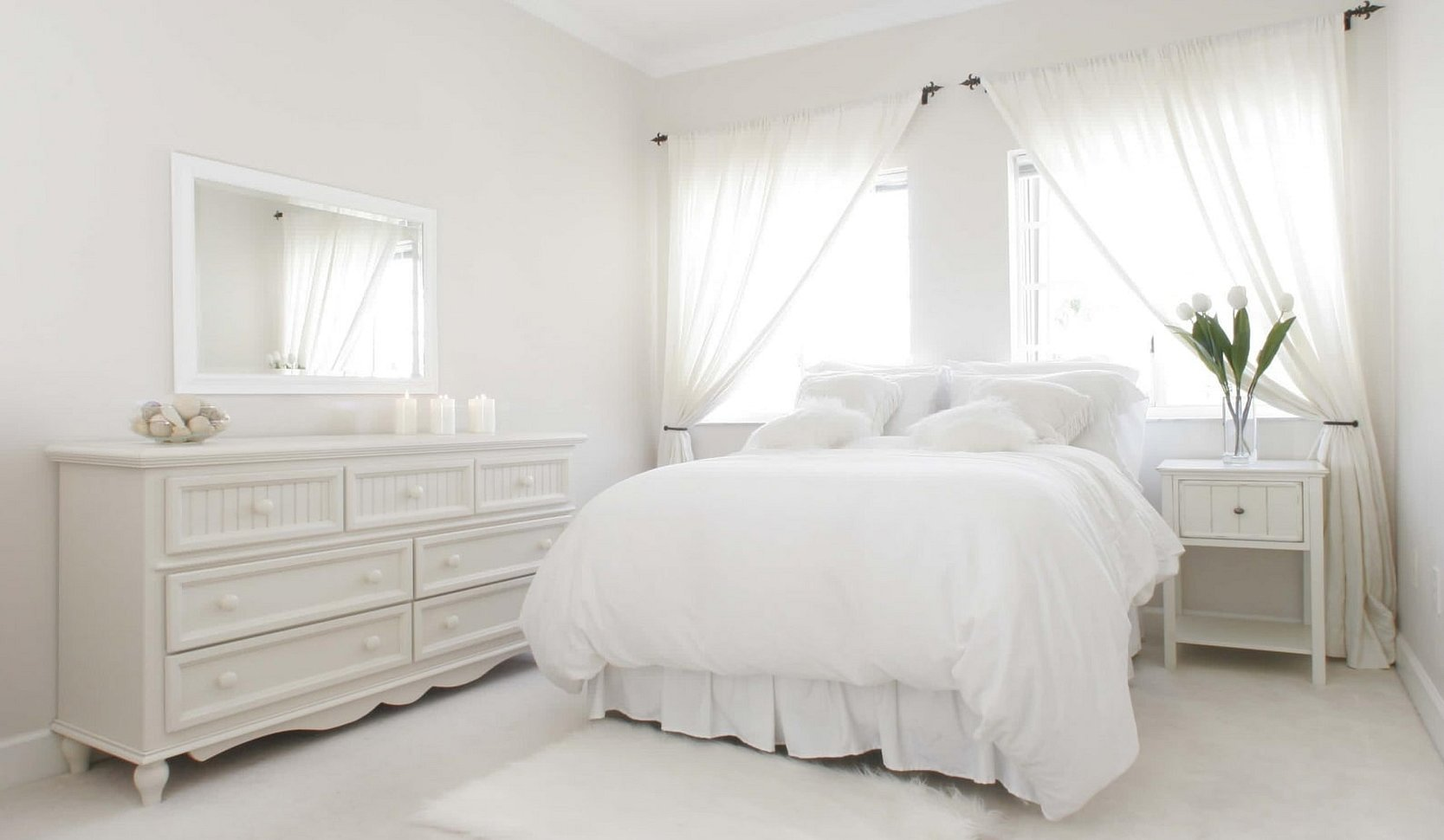 Женская спальня с белой мебелью