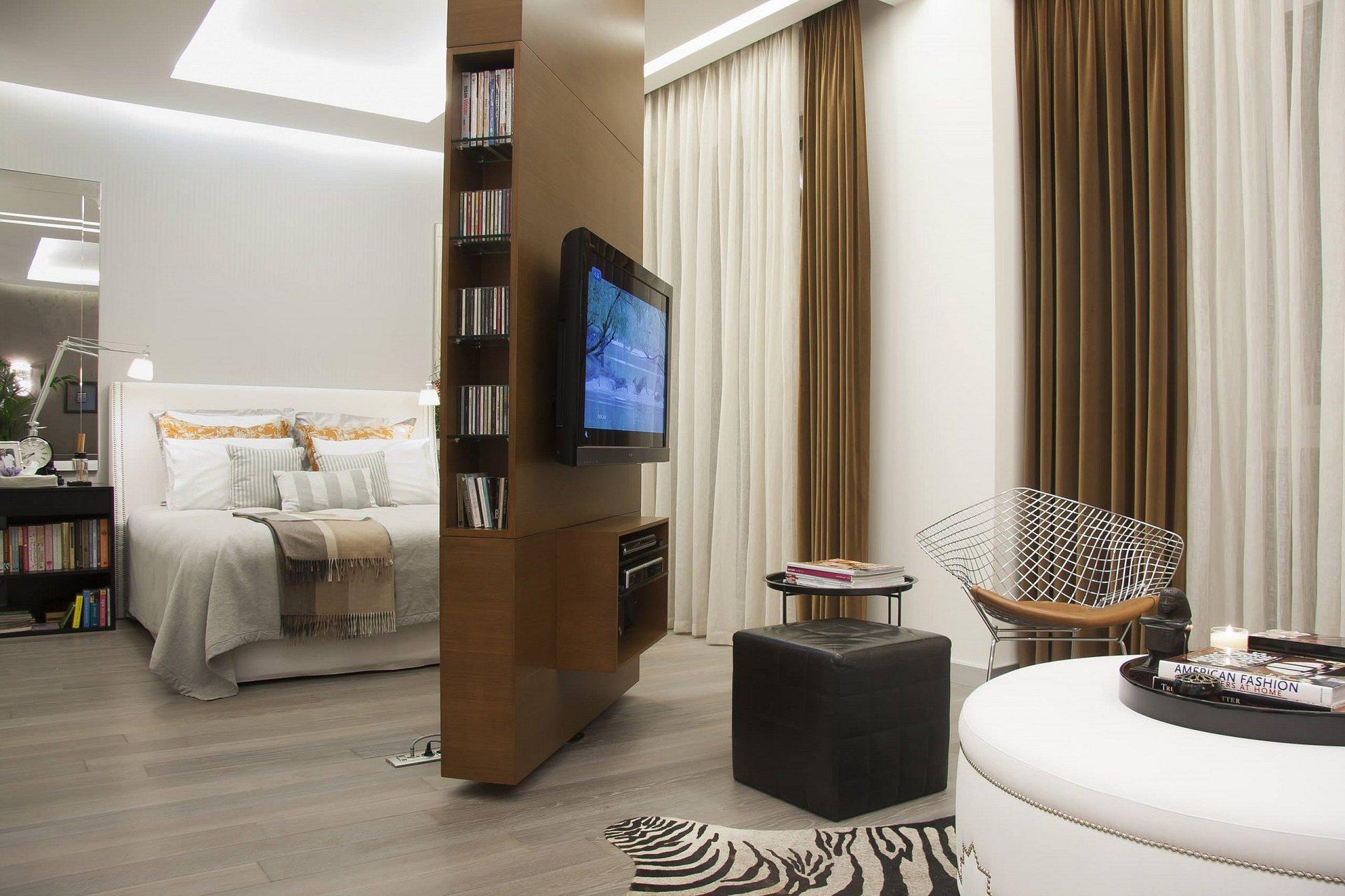 Перегородка для зонирования спальни и гостиной с телевизором