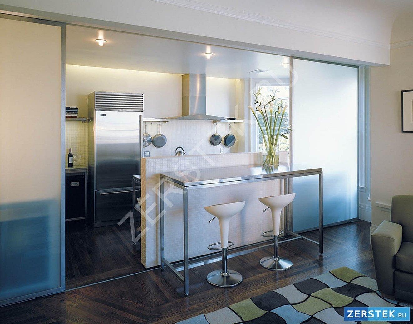 Перегородка из стекла между кухней и гостиной