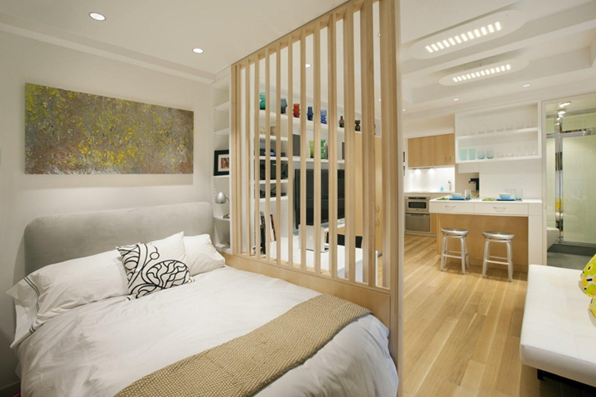 Реечная перегородка для зонирования гостиной и спальни