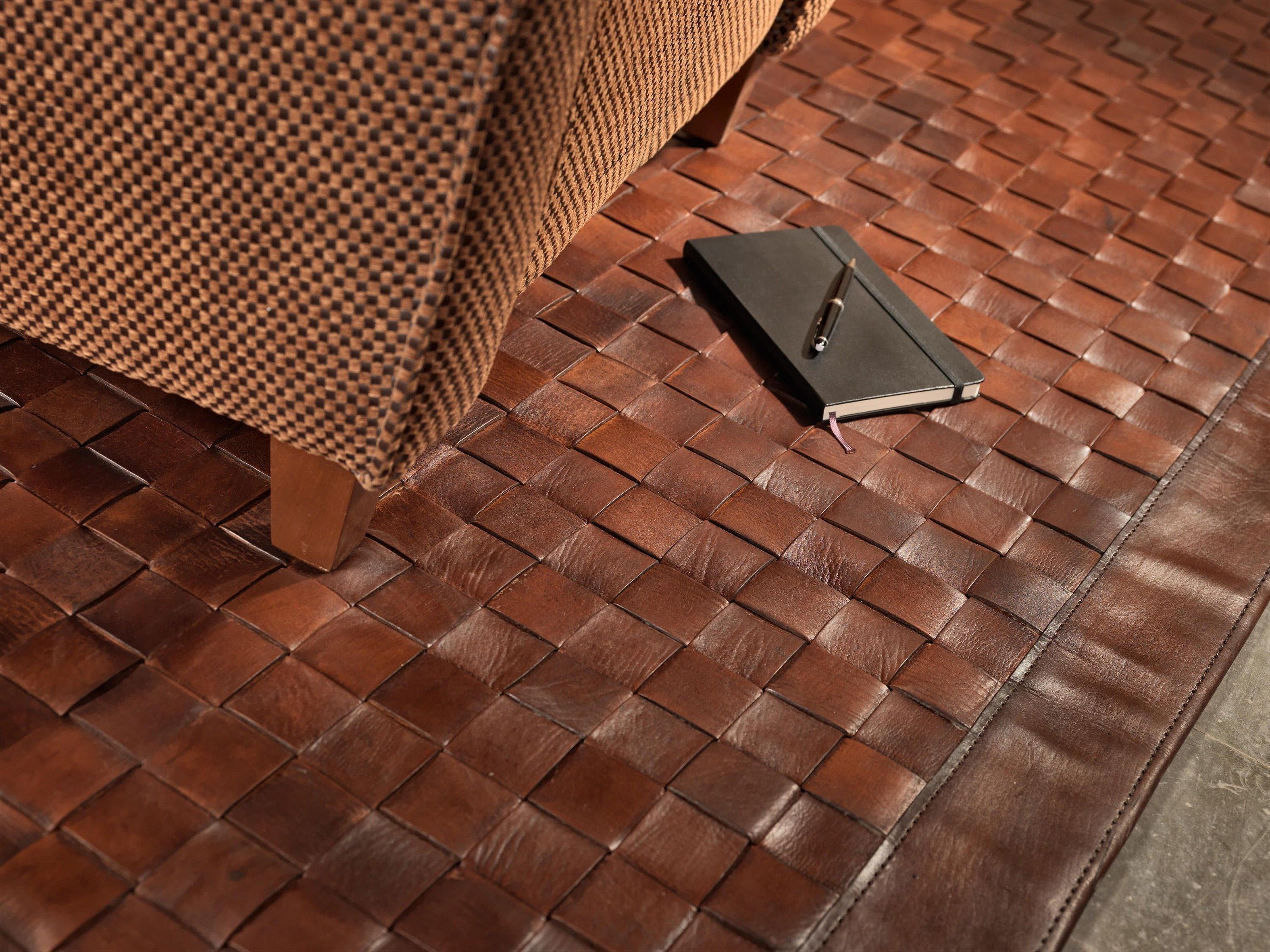Кожаный коврик на пол
