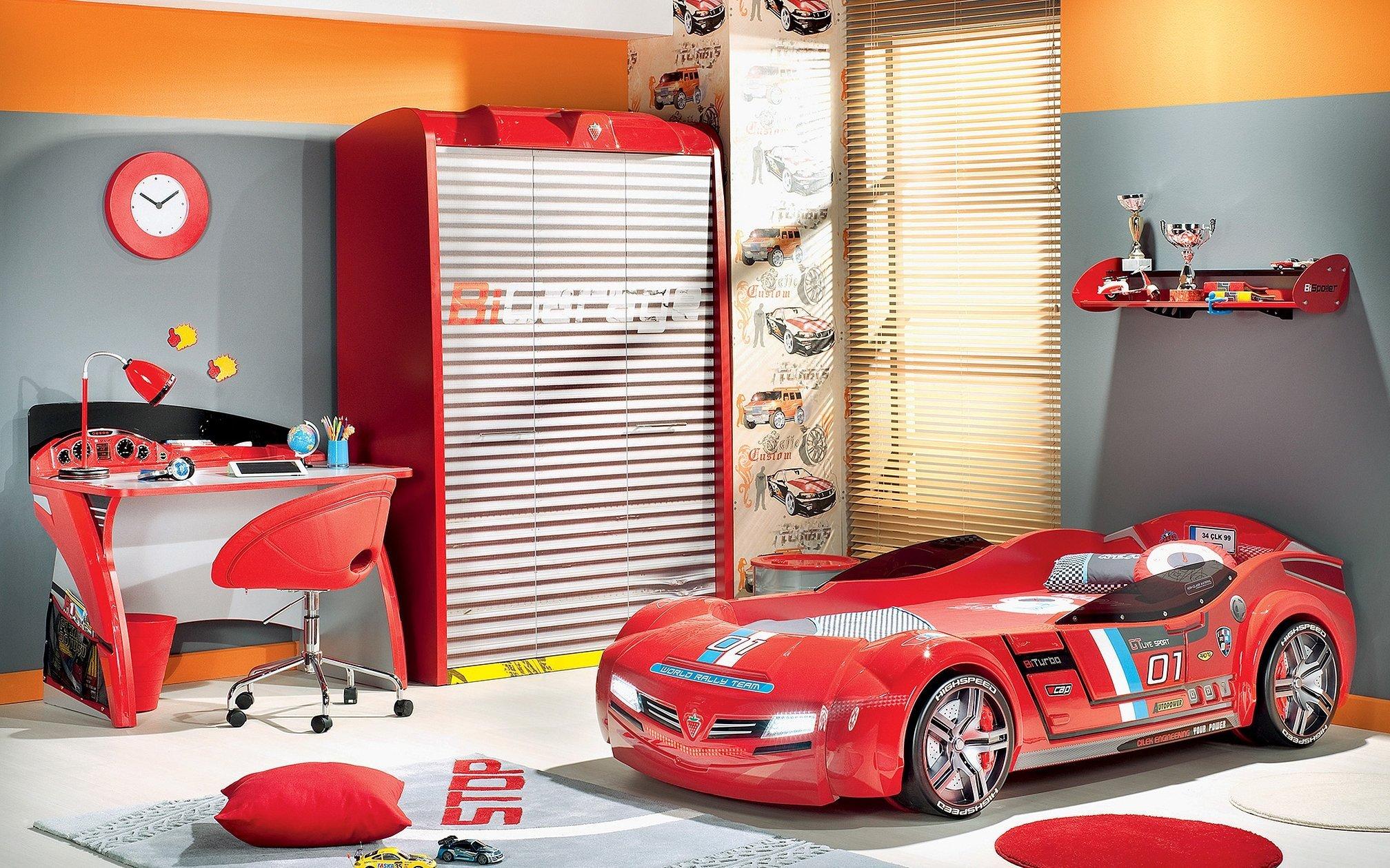 Дизайн детской с красной кроватью машиной
