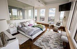 Прикроватные коврики в интерьере спальни
