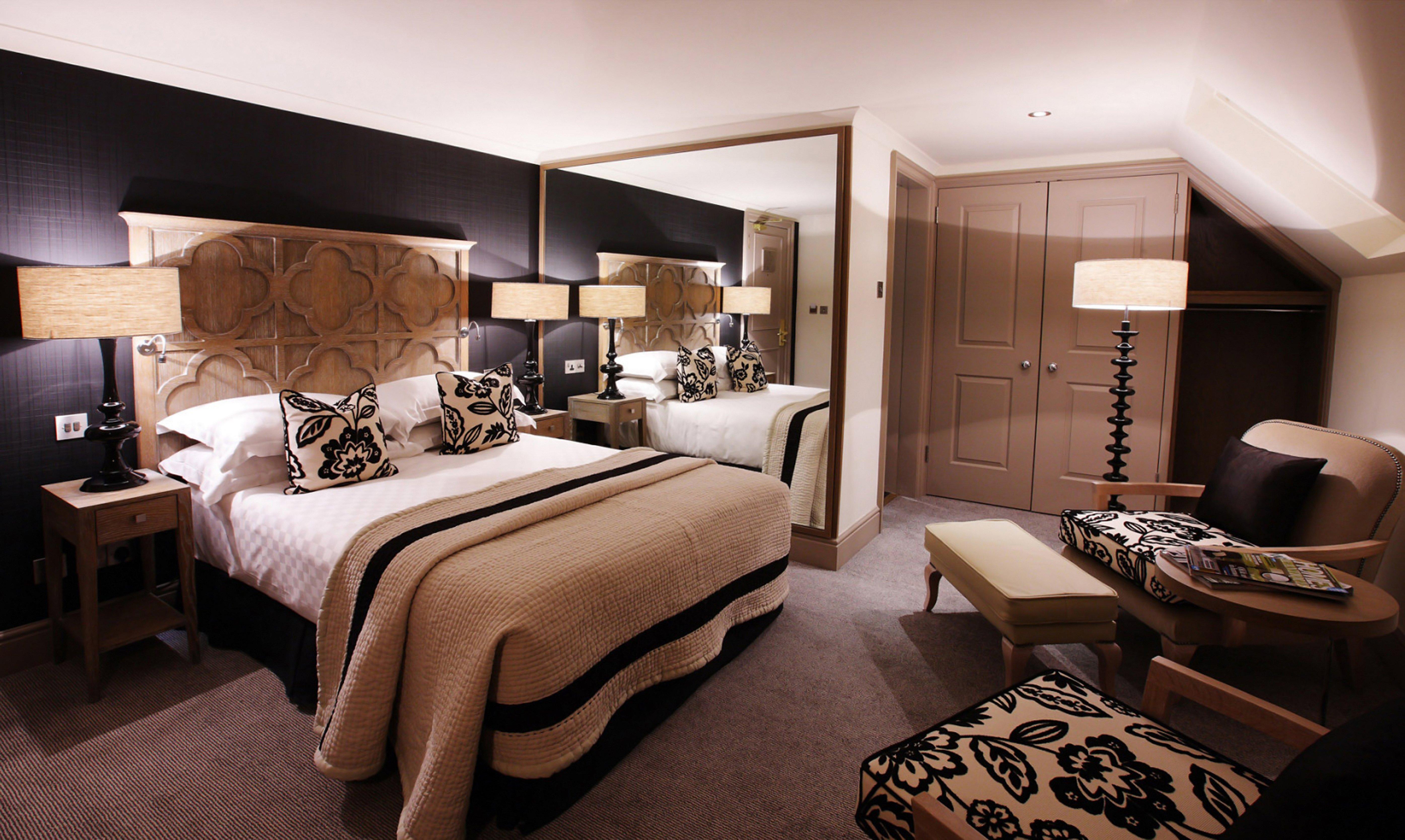 Интерьер спальни в коричневых тонах