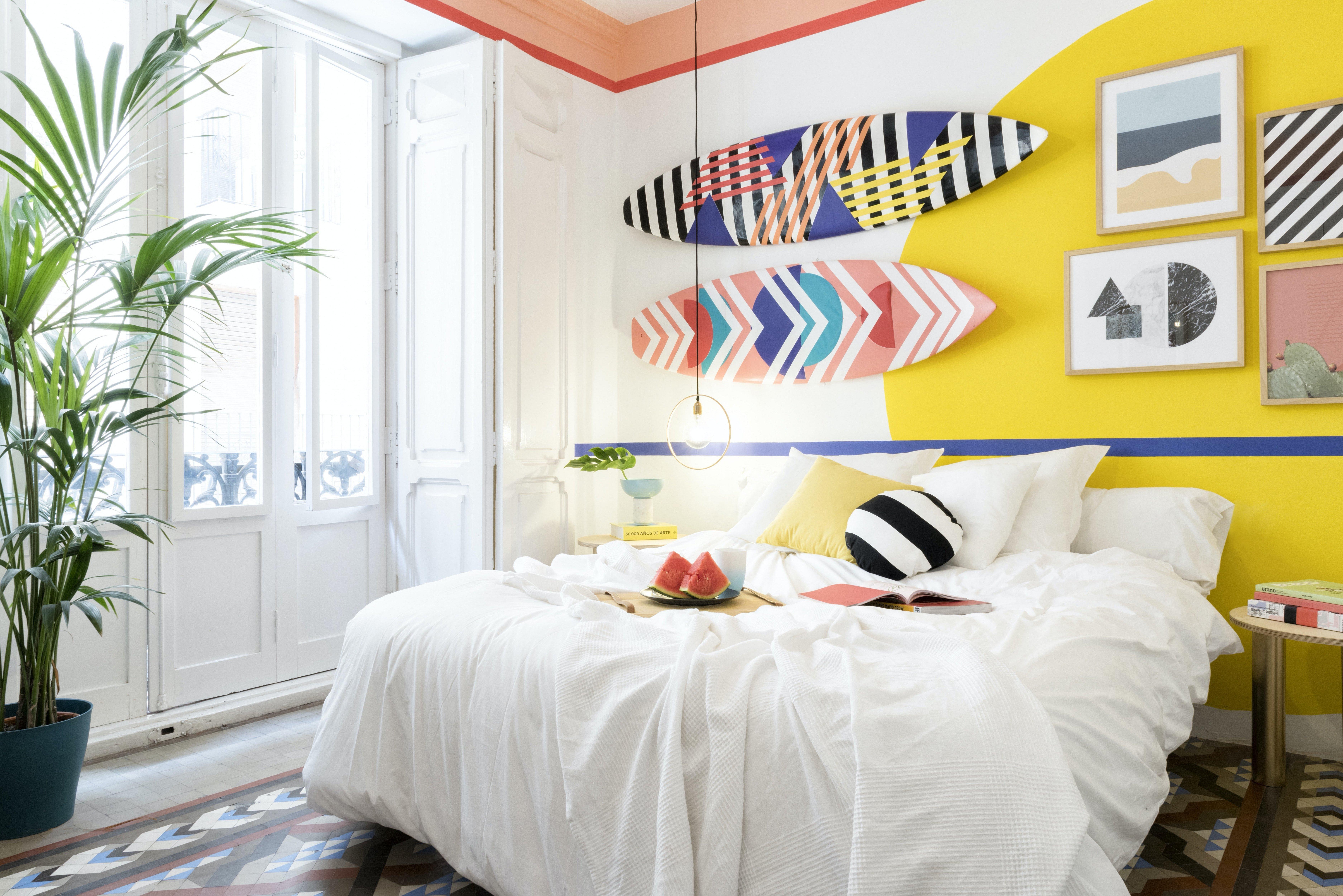 Спальня в стиле икеа с яркими элементами