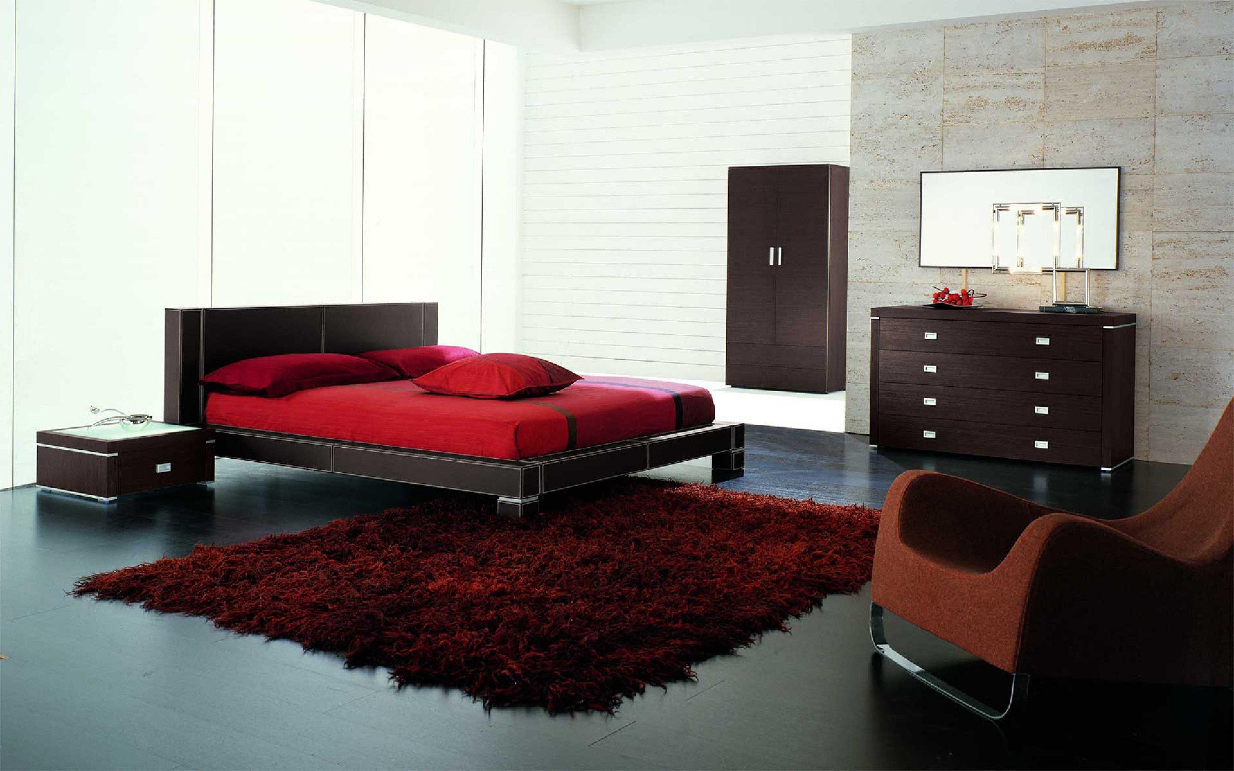 Бордовый ковер в интерьере спальни