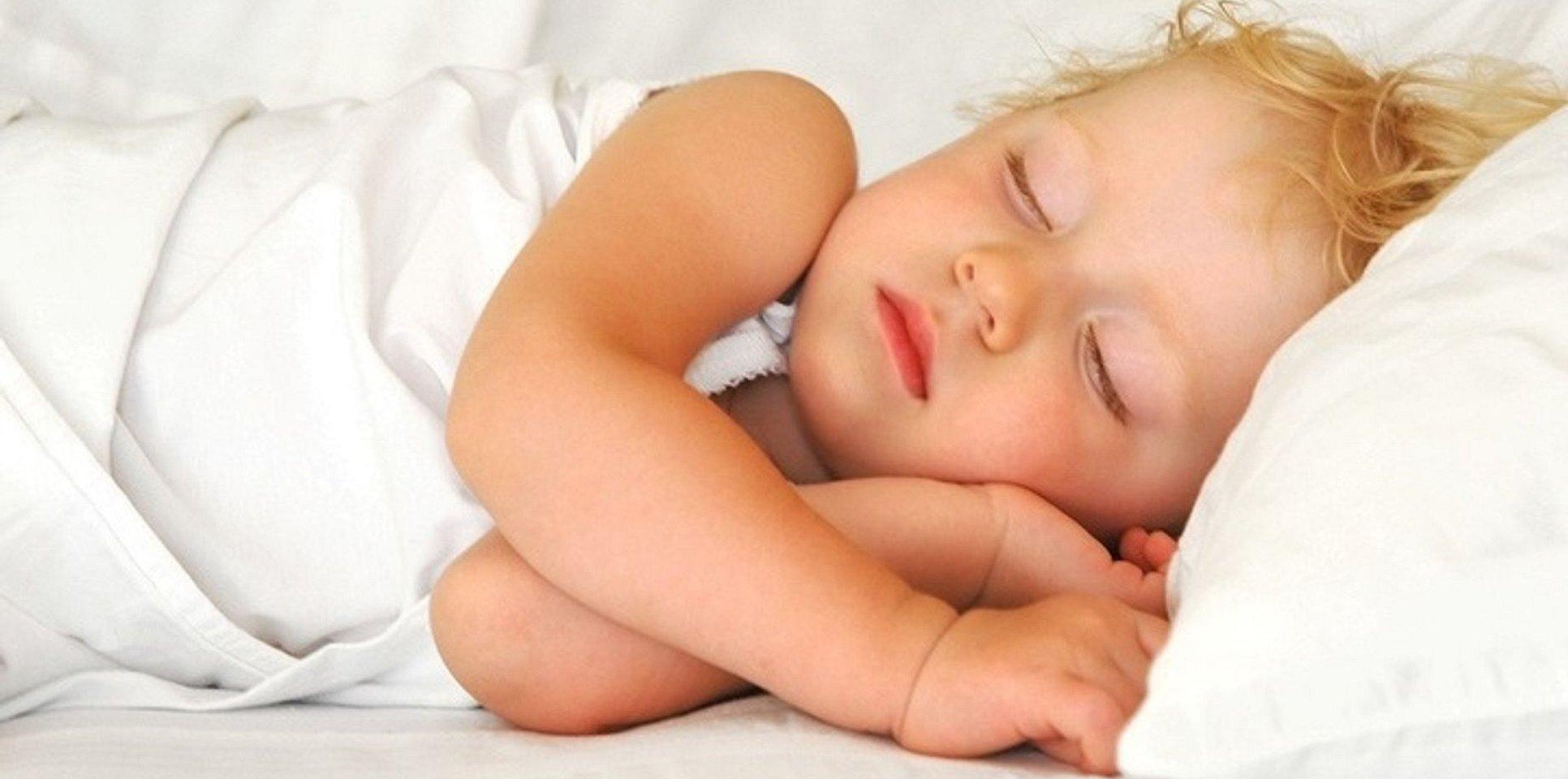 Здоровый сон ребенок спит