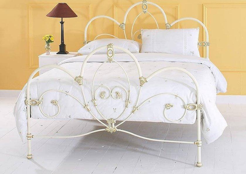 Кованая кровать с патированием золотом