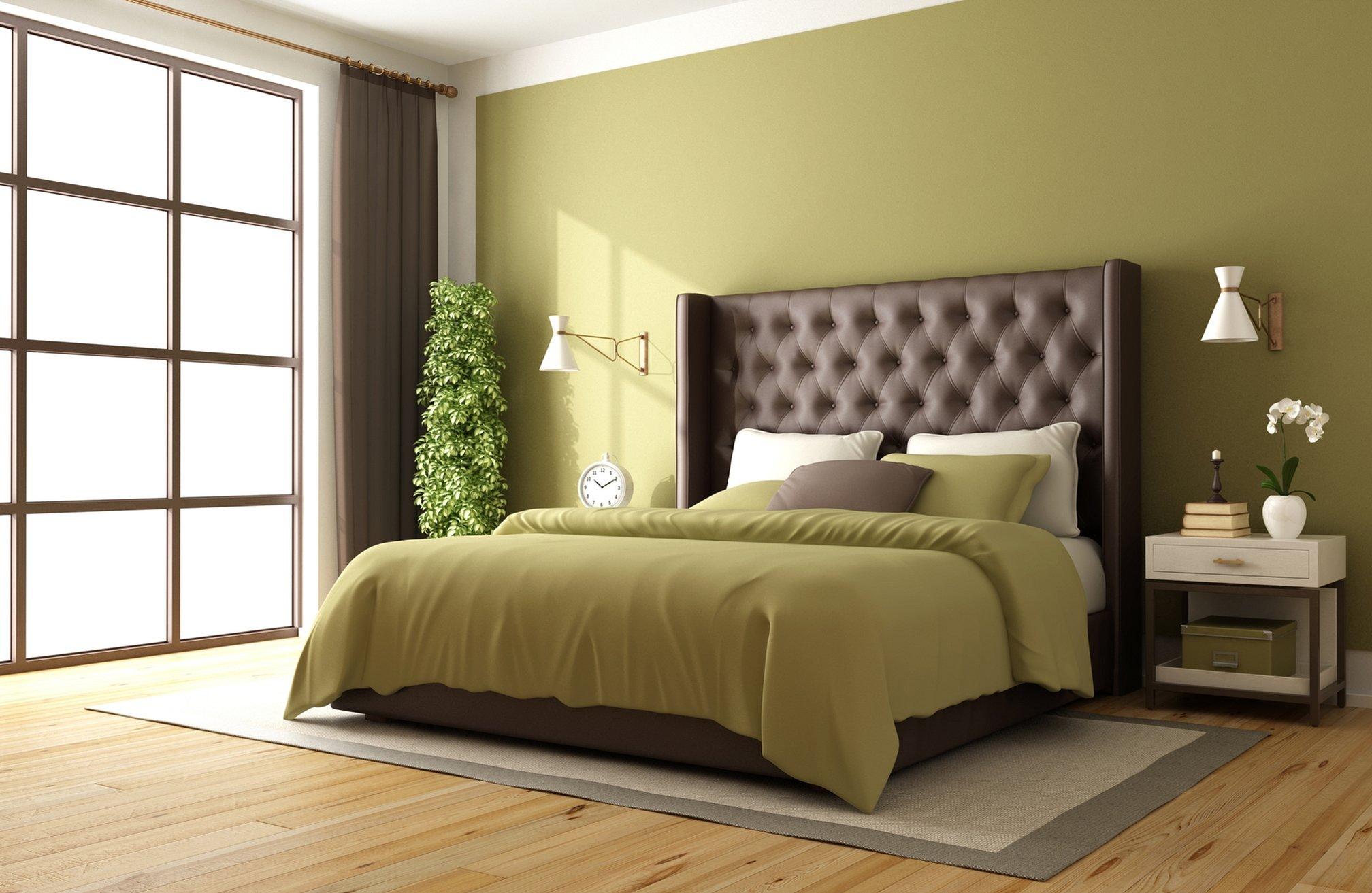 Кровати с оливковым изголовьем в интерьере