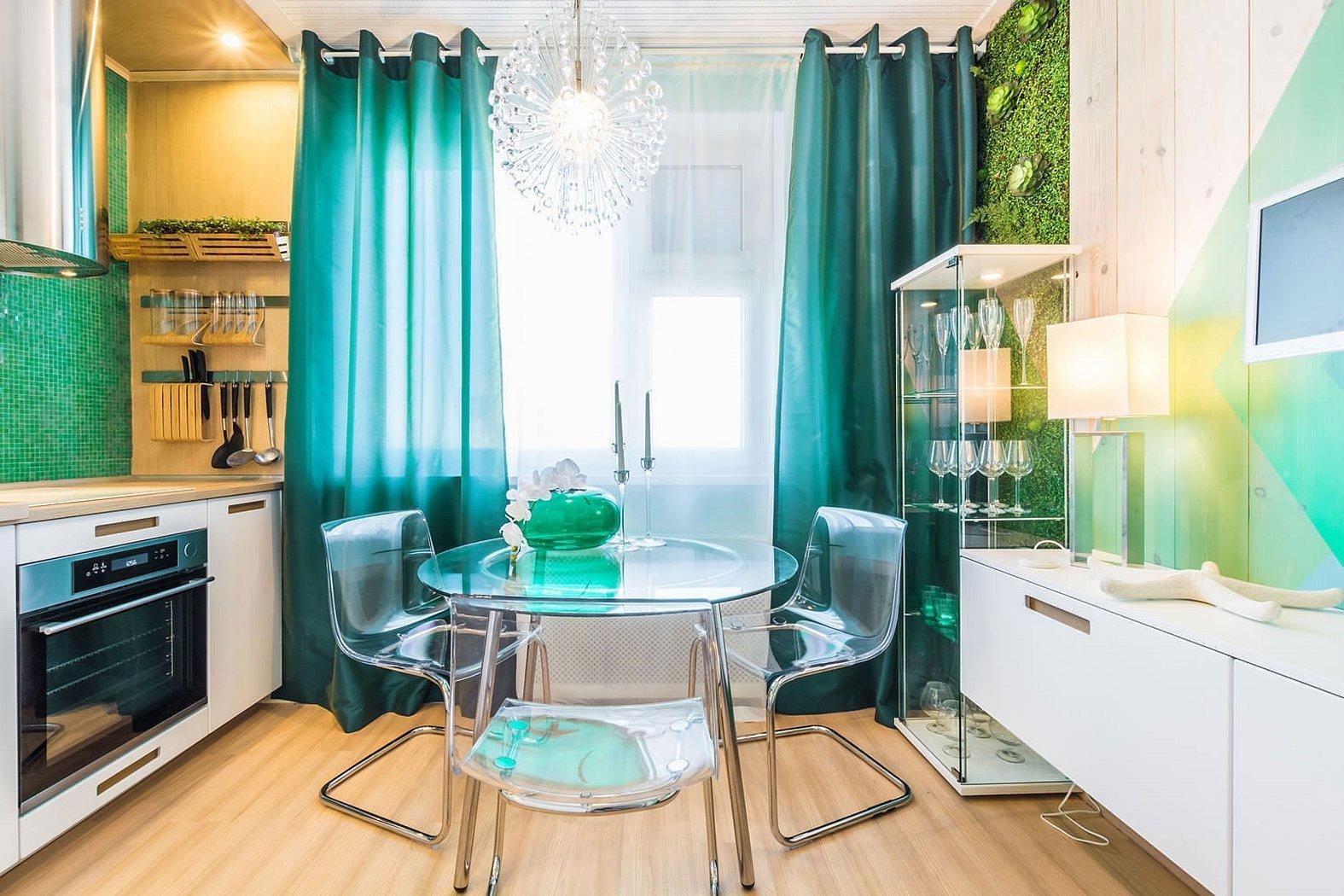 Бирюзовые шторы в интерьере кухни