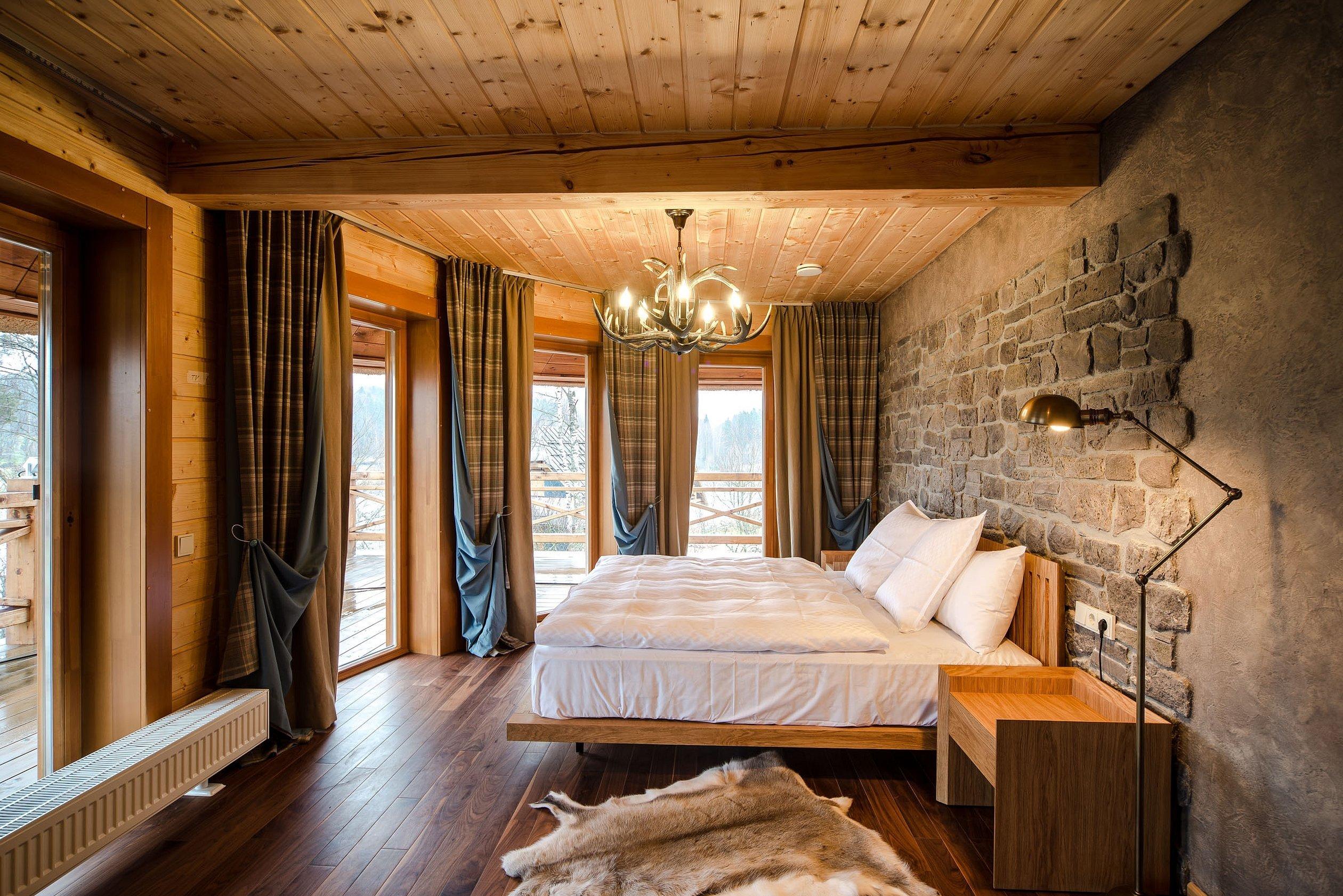 Спальня в стиле шале в загородном доме