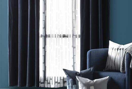Темно синие шторы в интерьере