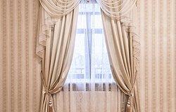 Как правильно подобрать шторы к обоям