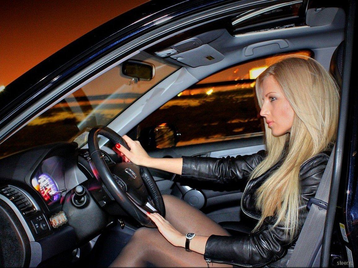 Шикарная блондинка за рулем
