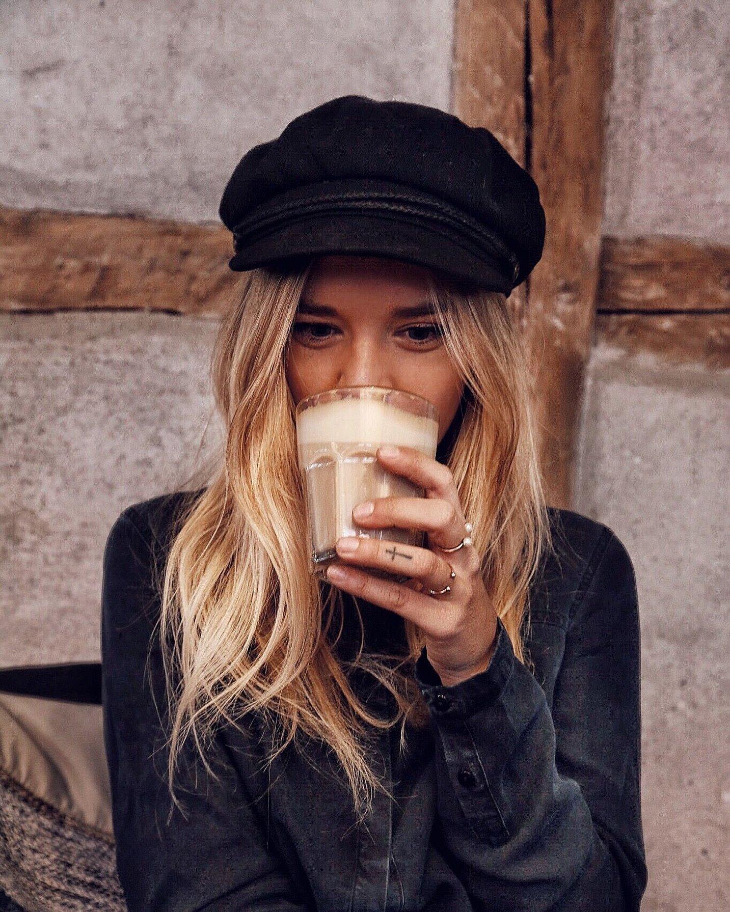 Девушка с кофе на улице