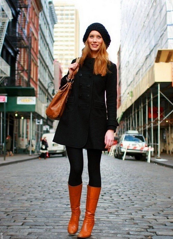 Коричневые сапоги и черное пальто с шапкой