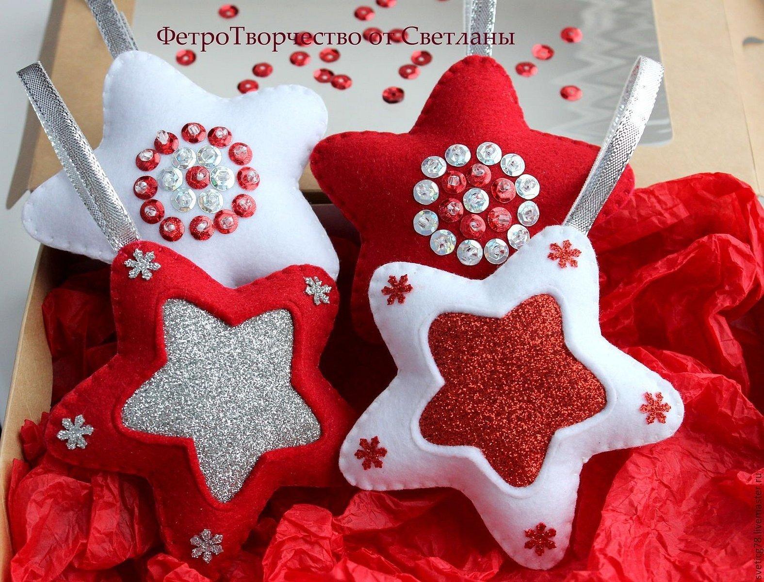 Новогодние игрушки из красного фетра