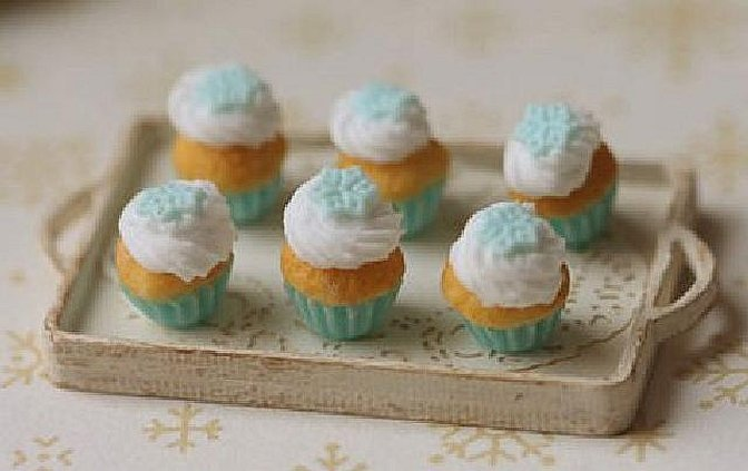 Пирожные с голубой глазурью
