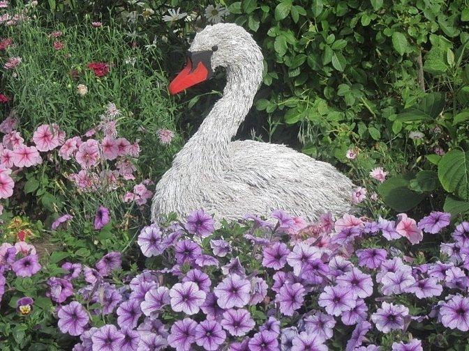 Лебедь для сада и огорода из бросового материала