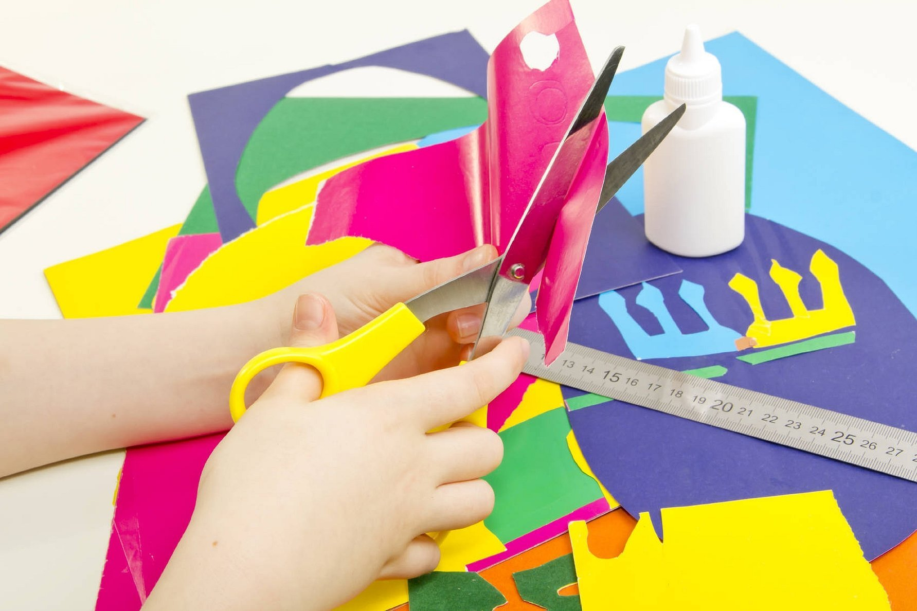 Режем цветную бумагу ножницами