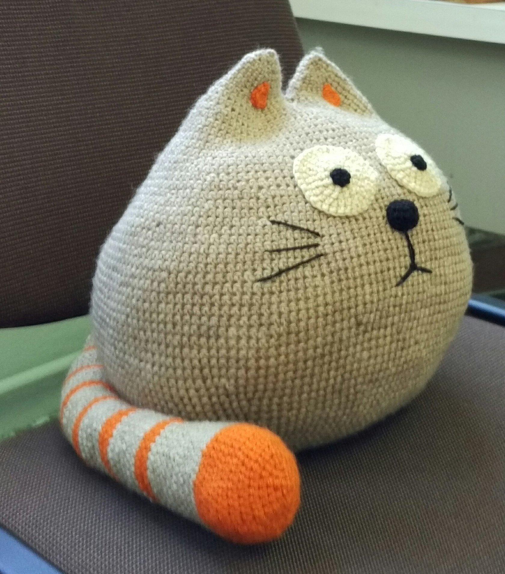 Игрушка подушка крючком кот серый