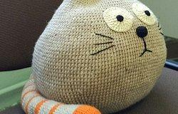 Кот подушка крючком и спицами: схема вязания и описание процесса работы