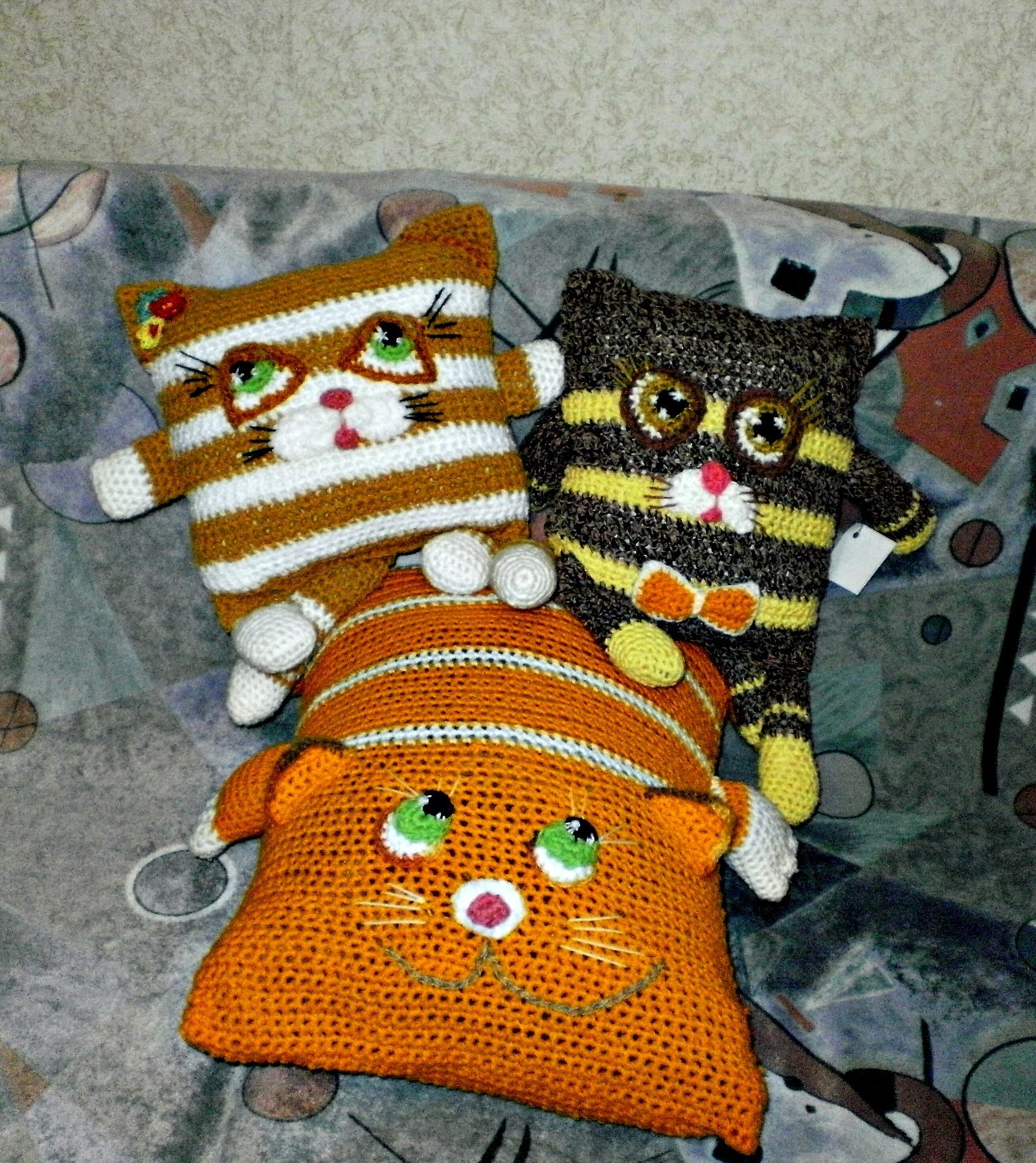 Вязаные подушки игрушки крючком коты