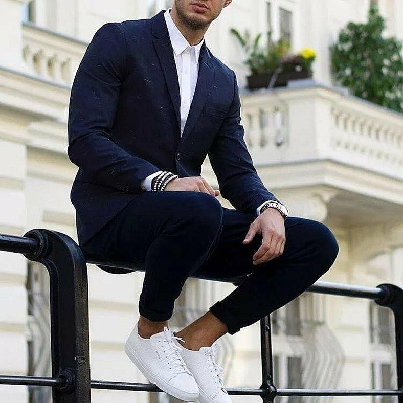 Белые кроссовки с костюмом для парней