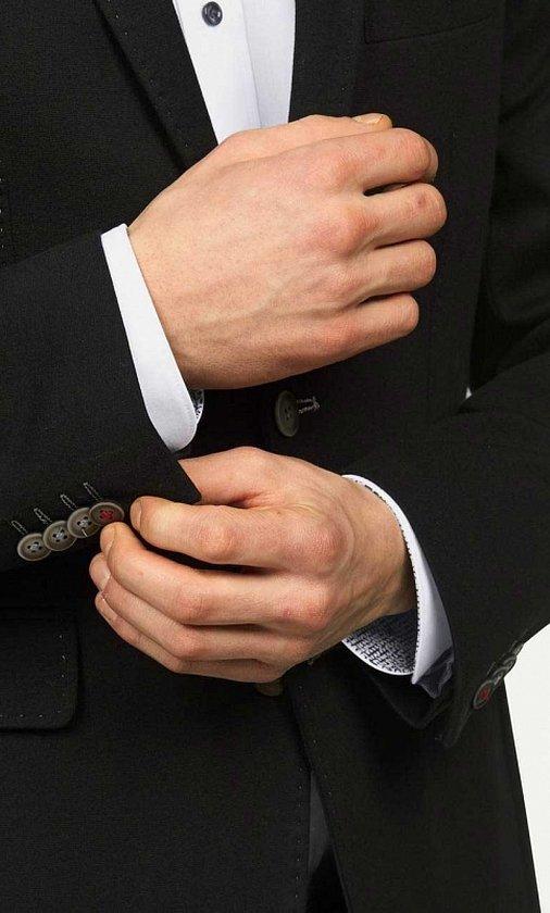 Мужская рука с запонками