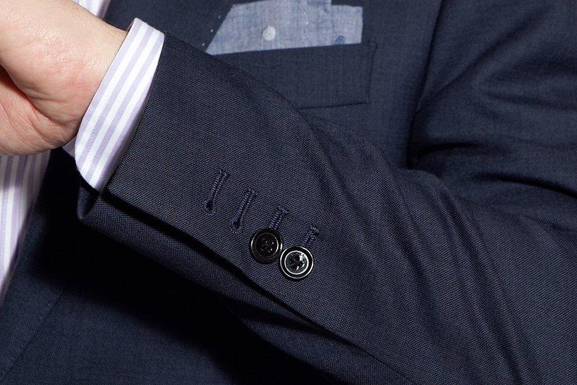 Пуговицы на манжетах пиджака