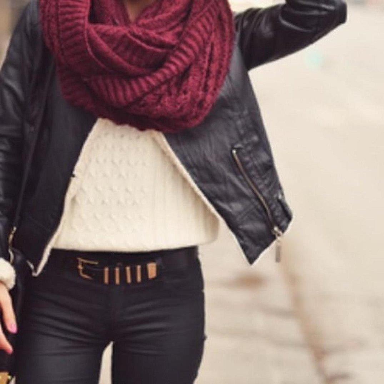 Бордовая шапка и шарф с черной курткой