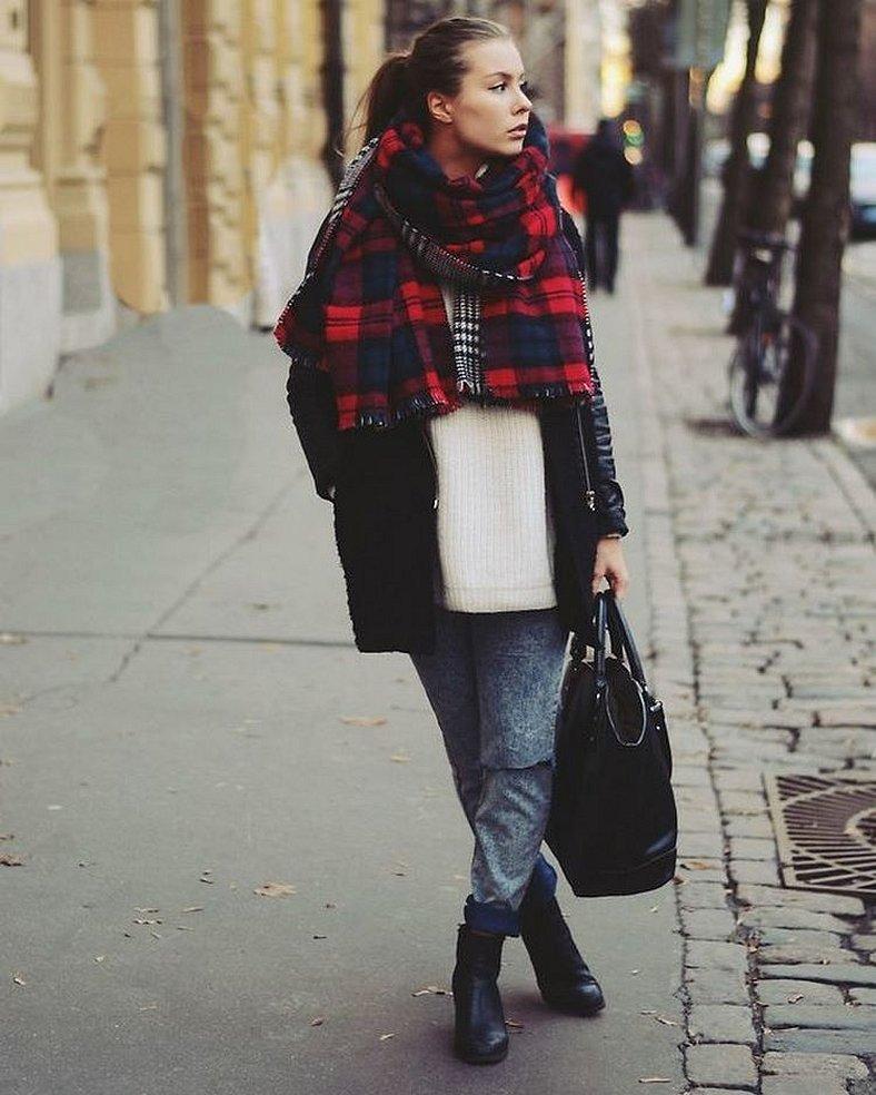 Черное пальто с красным клетчатым шарфом
