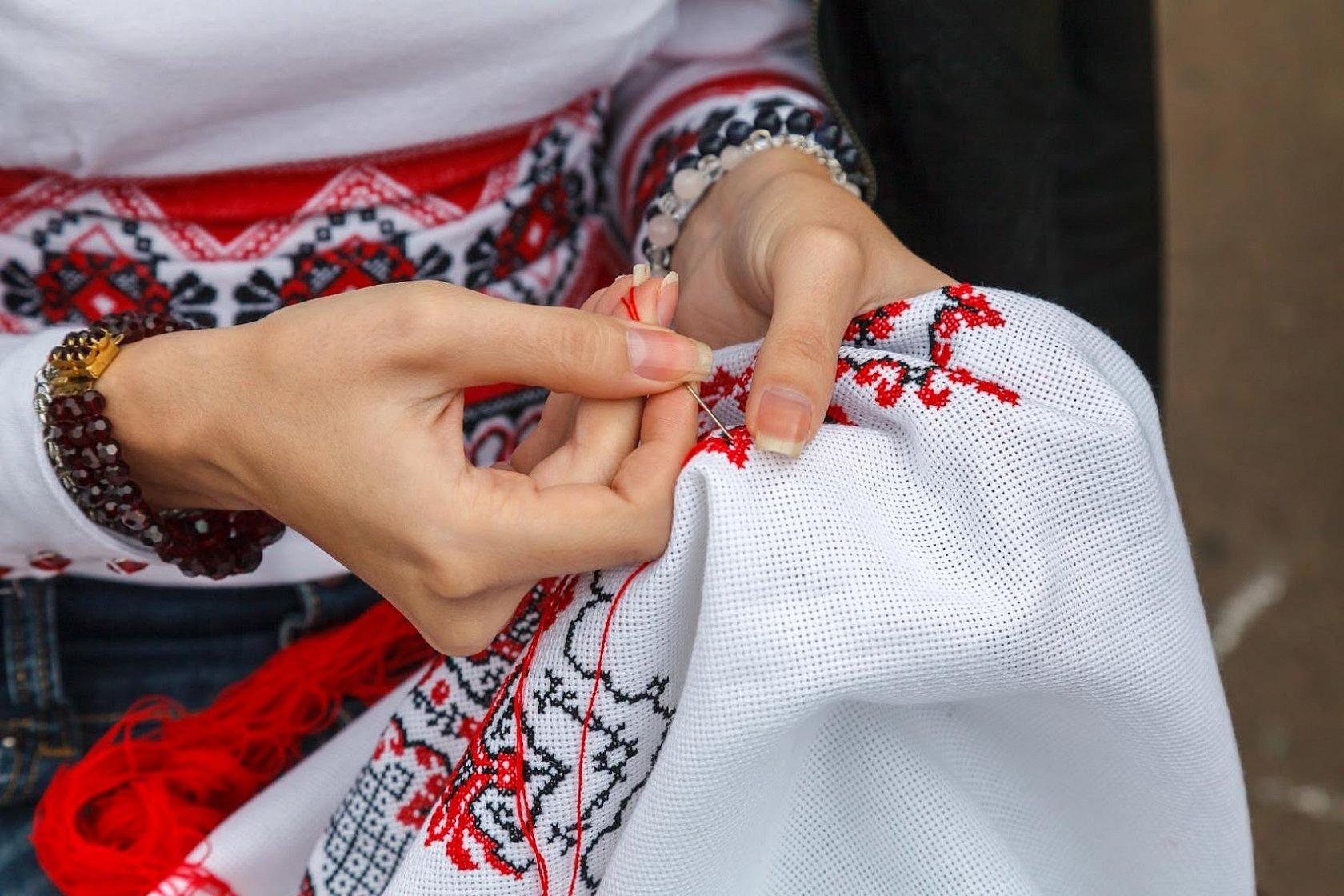 Девушка вышивает рушник