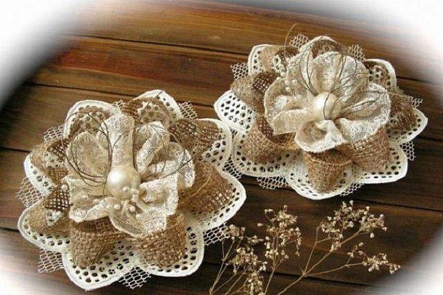 Цветы из кружева и мешковины