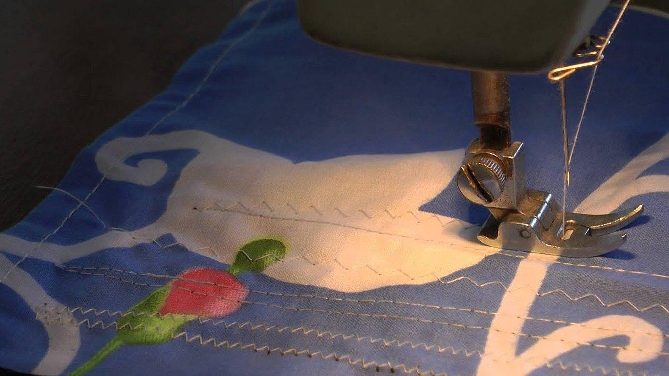 Швейная машинка шьет