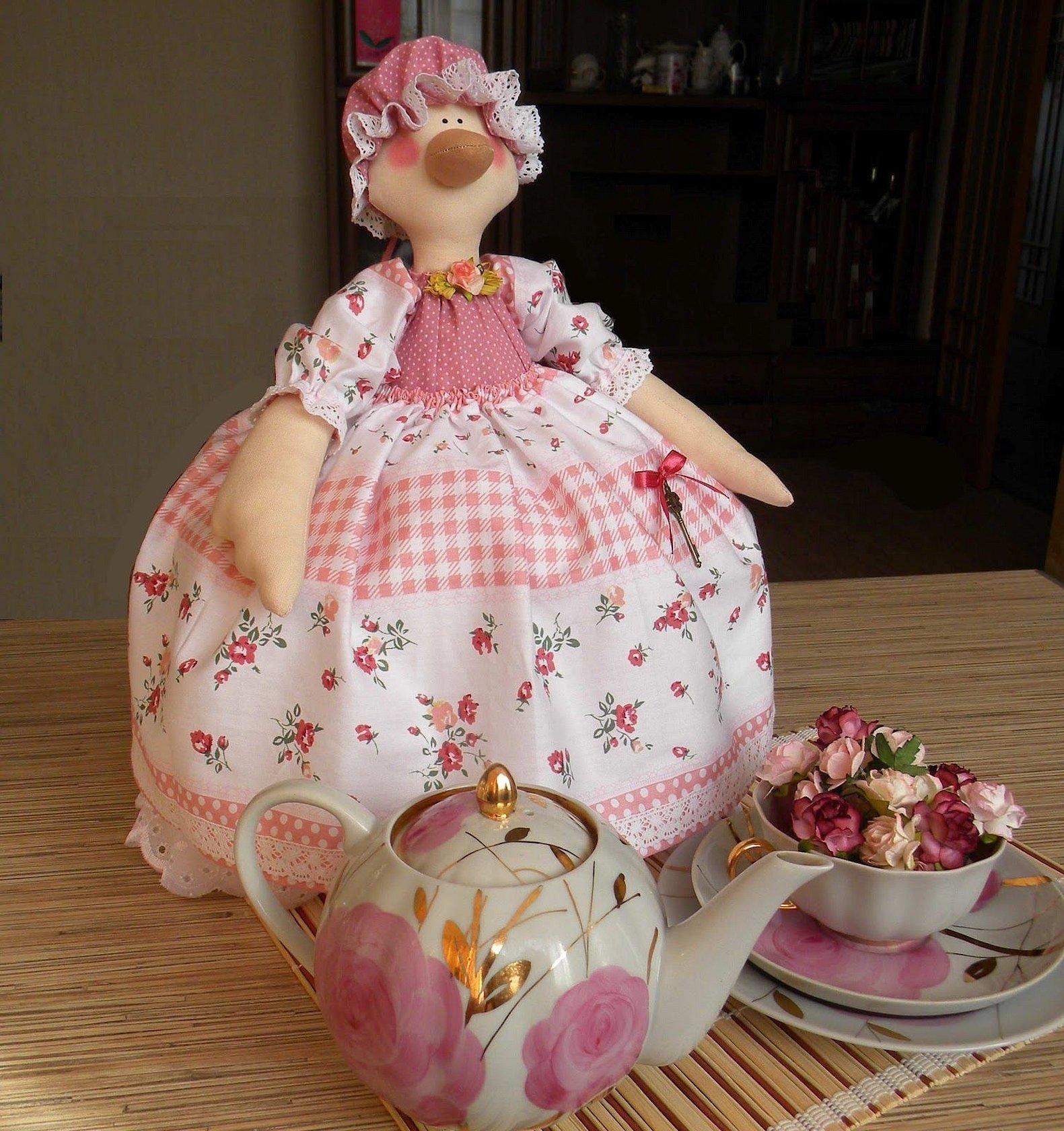 Кукла на чайник из ткани