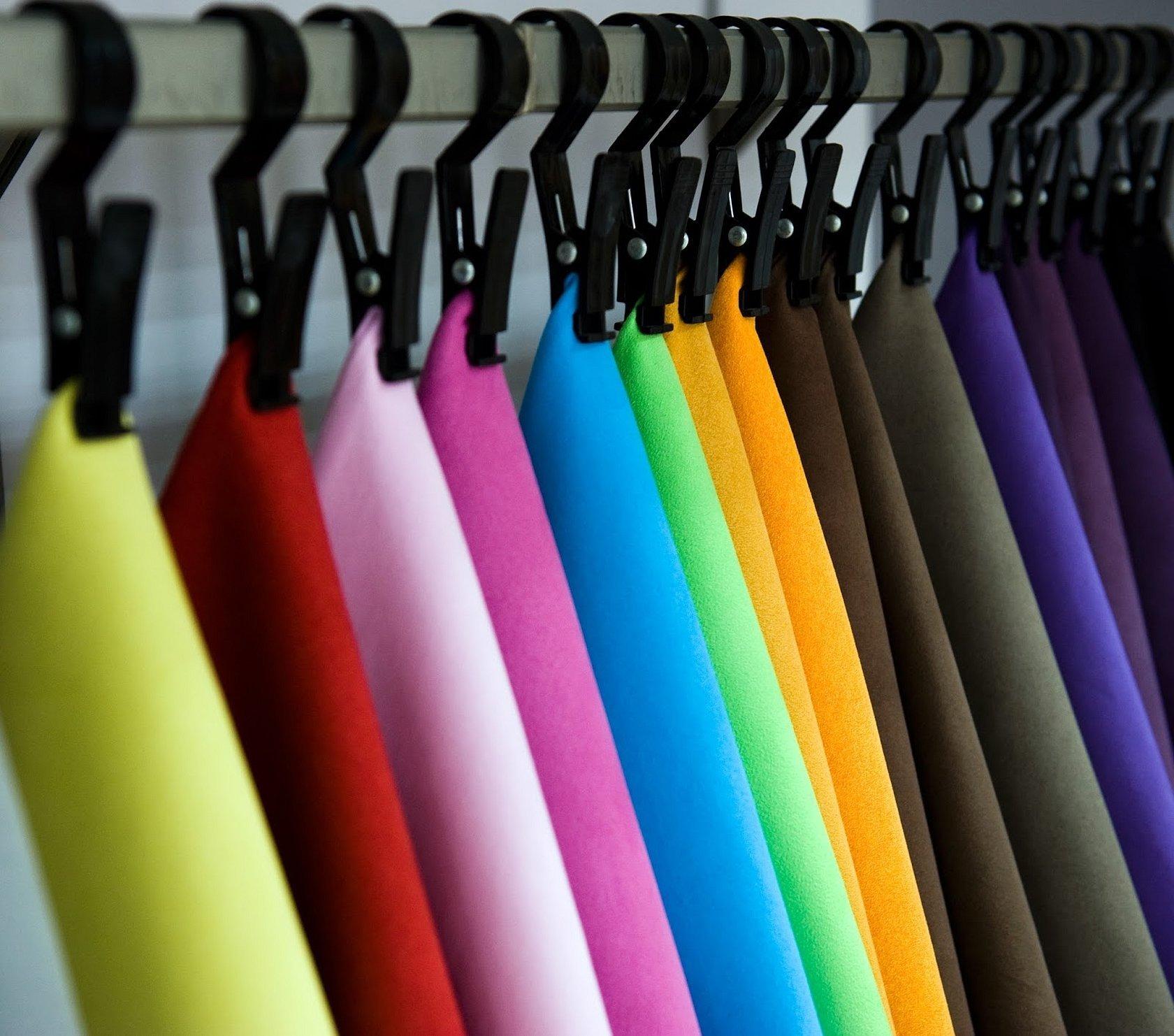 Одежда на вешалках по цветам