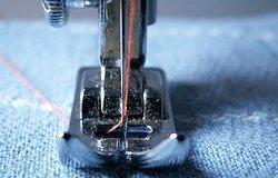 Как вставить иглу в швейную машинку правильно: правила замены иголок
