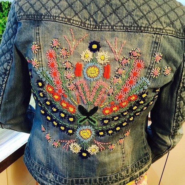 Вышивка на джинсовой куртке стежками