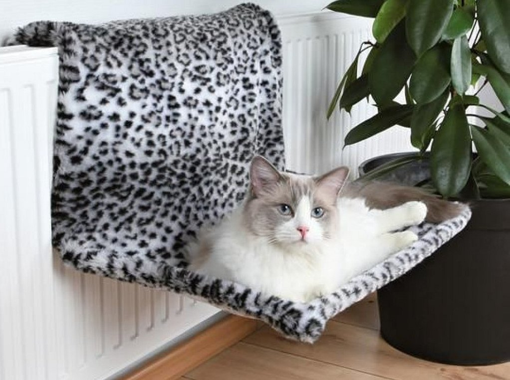Лежанка для кошки на батарею