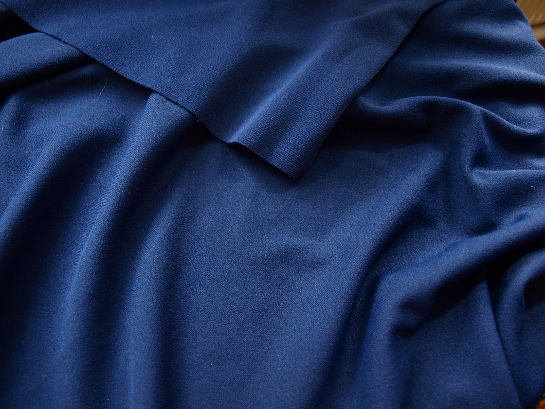 Темно синяя ткань со складками