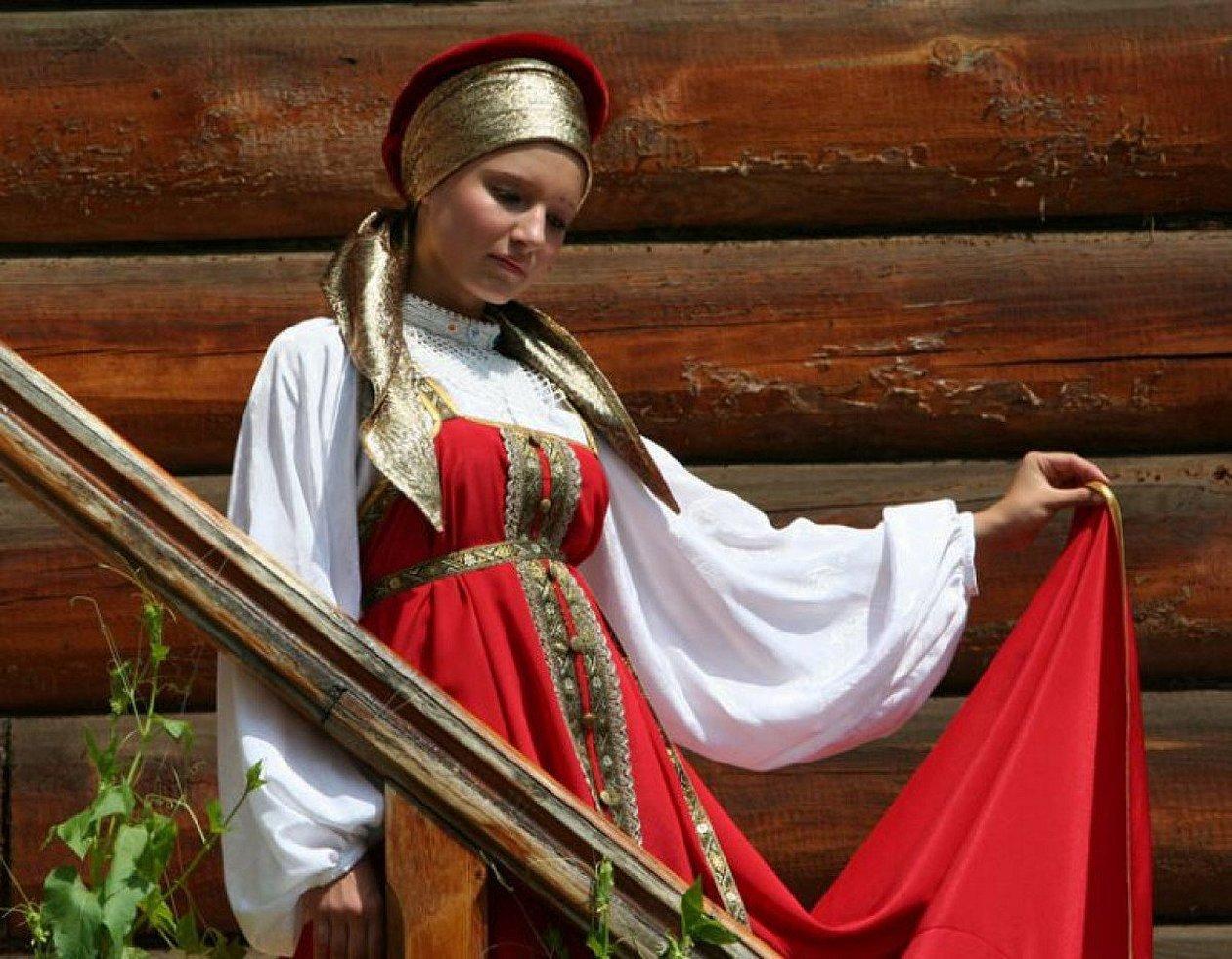 Девушка в русском сарафане