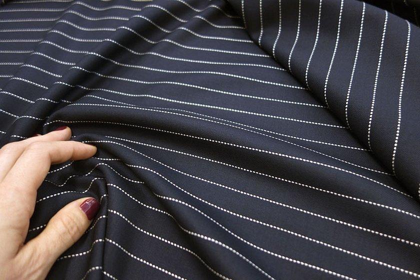 Чёрная костюмнач ткань в полоску