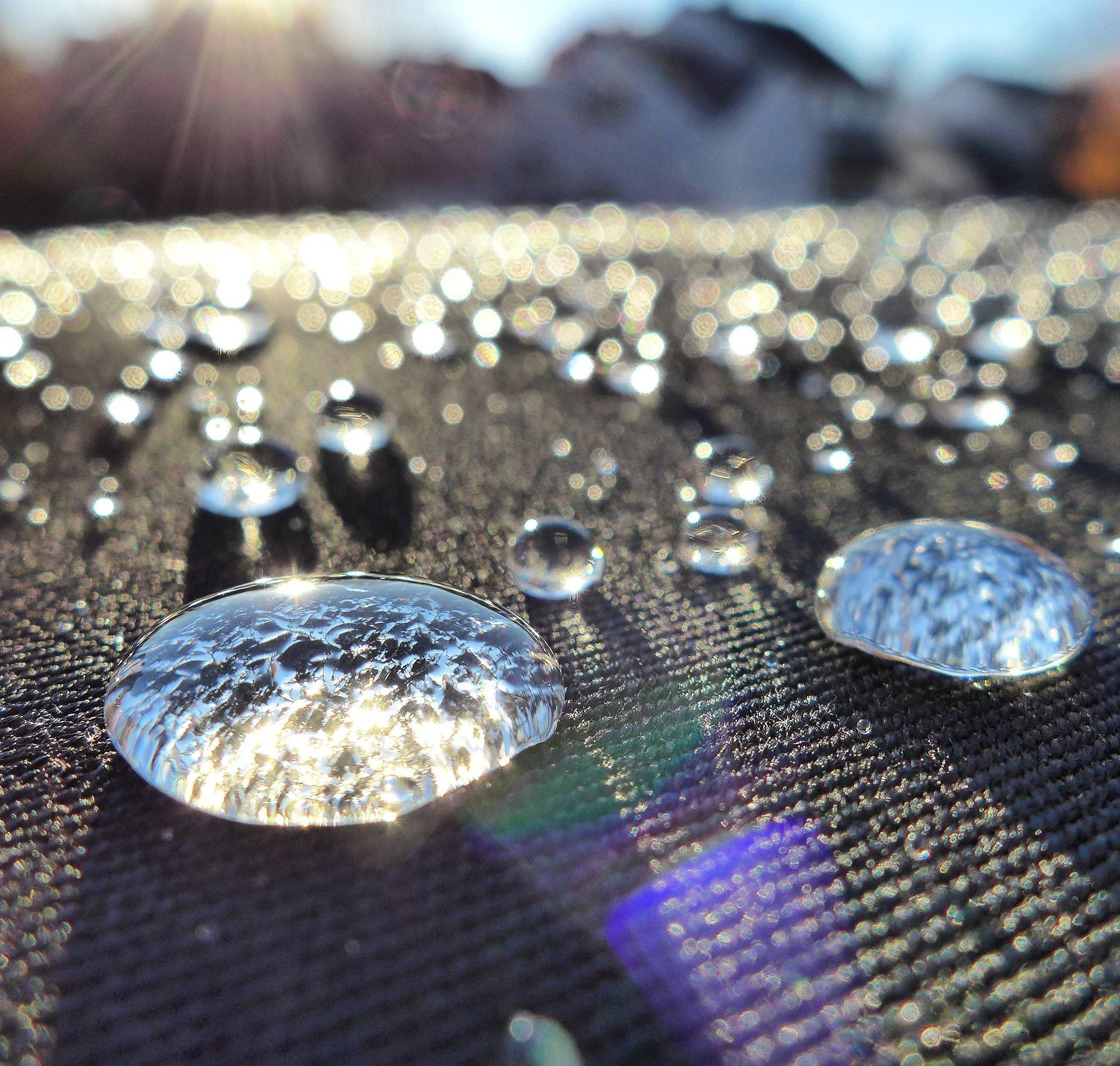 Капля воды на ткани макро